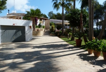Villa with guesthouse within walking distance to Cala Lenya beach_3