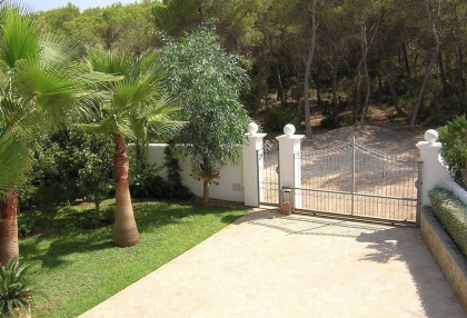 Villa with guesthouse within walking distance to Cala Lenya beach_4