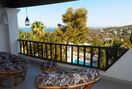 Renovated detached house with guest apartment and sea and sunset views_3