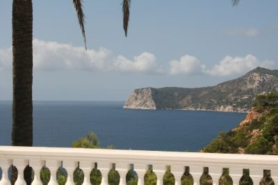 Charming 3 bedroom property with sea views_1