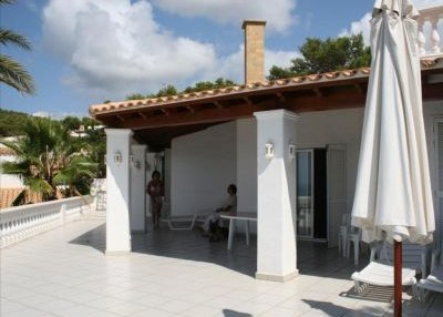 Charming 3 bedroom property with sea views_2