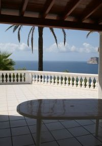 Charming 3 bedroom property with sea views_3