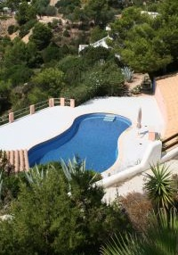 Charming 3 bedroom property with sea views_4