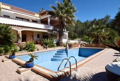 Detached villa for sale converted to 5 apartments in Santa Eularia_1