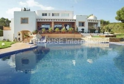 Elegant villa for sale on a large plot in Cala Bassa_0