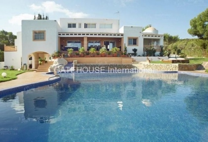Elegant villa for sale on a large plot in Cala Bassa_1