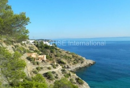 Large villa to modernise with direct sea access_1