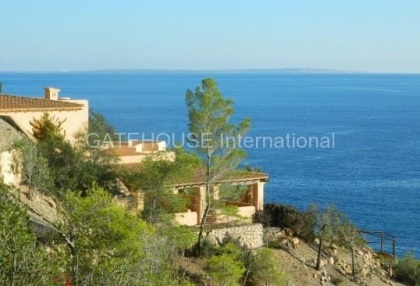 Large villa to modernise with direct sea access_9