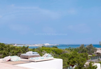 Front line beach house with sea views in Santa Eularia_5
