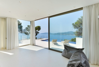 sleek modern villa with breath taking views_10