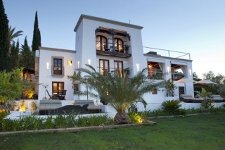 Subtantial country estate with about 42,000 SqM of land and 700 SqM of buildings