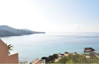 Frontline penthouse apartment in Cala Tarida