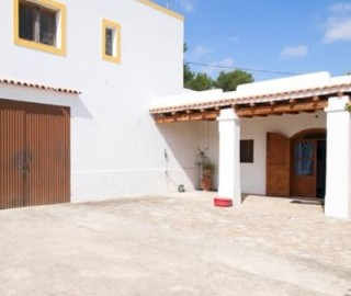 Finca for sale in Santa Eulalia on large plot with a renovation project