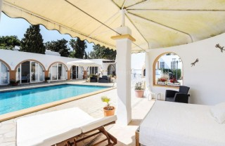 Detached single storey villa with guest accommodation
