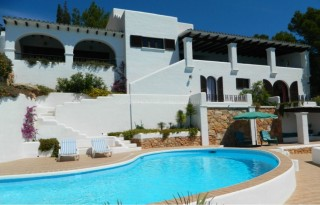 Front line home with direct sea access requiring modernisation