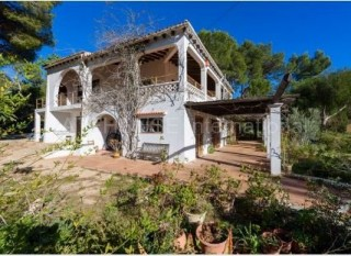 Country house for sale on a large plot in Santa Eularia