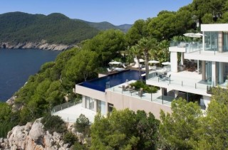 Private estate with 4 properties and direct sea access